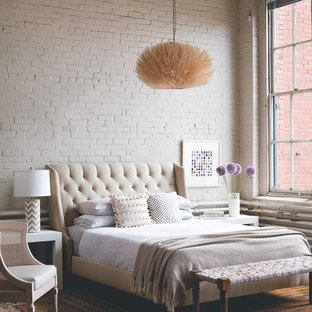 Inspiration för mellanstora industriella huvudsovrum, med vita väggar, mellanmörkt trägolv och brunt golv