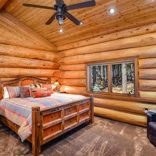 Modelo de habitación de invitados rural, de tamaño medio, sin chimenea, con paredes marrones, moqueta y suelo gris