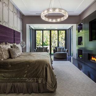 Immagine di una camera matrimoniale design con pareti multicolore, parquet scuro e camino lineare Ribbon