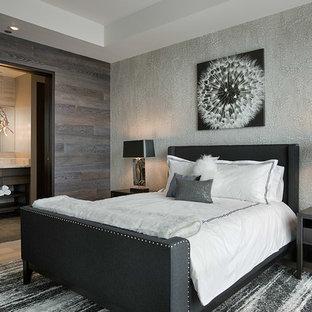 他の地域の広いコンテンポラリースタイルのおしゃれな客用寝室 (マルチカラーの壁、竹フローリング、暖炉なし) のインテリア