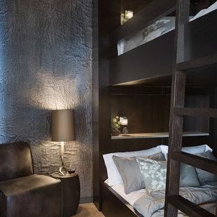 Modelo de habitación de invitados actual, grande, sin chimenea, con paredes grises y suelo de baldosas de cerámica