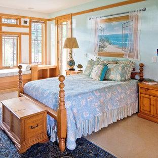 Diseño de habitación de invitados de estilo americano, de tamaño medio, sin chimenea, con paredes azules y suelo de cemento