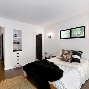 ロサンゼルスの中くらいのサンタフェスタイルのおしゃれな主寝室 (白い壁、無垢フローリング、暖炉なし)