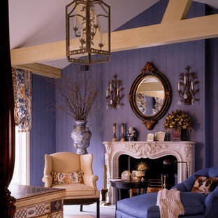 Imagen de dormitorio clásico con suelo violeta