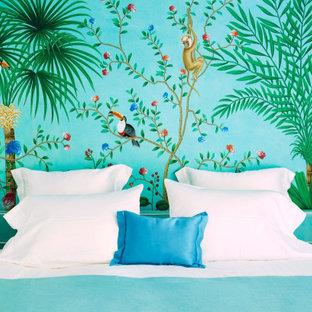 Foto de dormitorio tropical, sin chimenea, con paredes multicolor