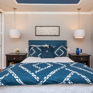 Foto de dormitorio principal, tradicional renovado, de tamaño medio, sin chimenea, con paredes beige y suelo de madera en tonos medios