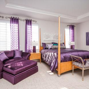 Imagen de dormitorio principal, contemporáneo, de tamaño medio, sin chimenea, con paredes grises y moqueta