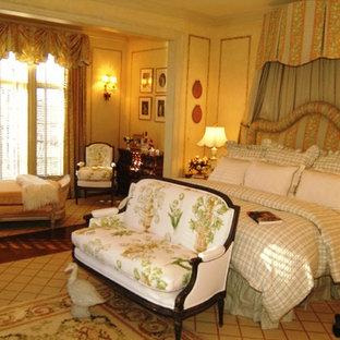 Esempio di un'ampia camera matrimoniale mediterranea con pareti beige e pavimento in legno massello medio