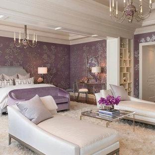 Esempio di una camera padronale mediterranea con pareti viola e parquet scuro