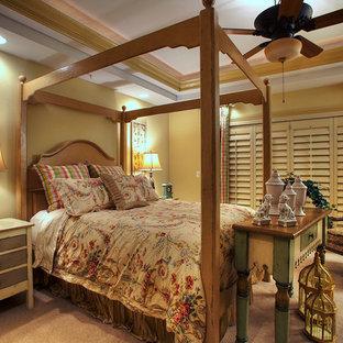Foto di una grande camera matrimoniale con pareti gialle, moquette, camino classico e cornice del camino in legno