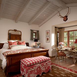 Идея дизайна: спальня с белыми стенами и полом из терракотовой плитки