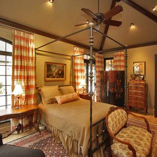 Inspiration pour une grand chambre vintage avec un mur beige, un sol en ardoise et aucune cheminée.