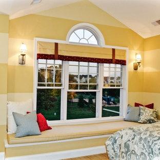 Diseño de habitación de invitados clásica renovada, de tamaño medio, con paredes amarillas y moqueta