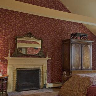 На фото: с высоким бюджетом большие хозяйские спальни в классическом стиле с красными стенами, паркетным полом среднего тона, стандартным камином и фасадом камина из кирпича