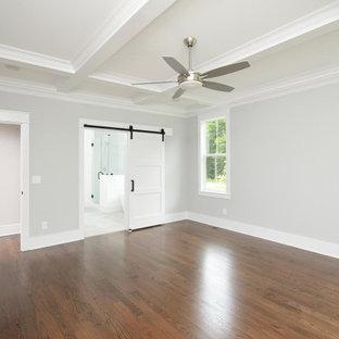 Ispirazione per una grande camera matrimoniale tradizionale con pareti grigie, pavimento in legno massello medio, pavimento marrone e soffitto a cassettoni