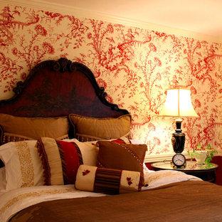 Diseño de habitación de invitados tradicional, de tamaño medio, con paredes rojas y suelo de madera clara