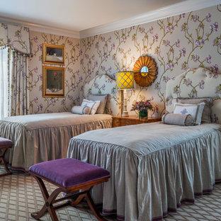 Ejemplo de habitación de invitados tradicional, de tamaño medio, sin chimenea, con parades naranjas