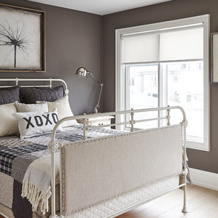 トロントの中くらいのトランジショナルスタイルのおしゃれな客用寝室 (白い壁、淡色無垢フローリング、暖炉なし)