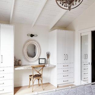 Ejemplo de dormitorio principal, clásico renovado, de tamaño medio, sin chimenea, con paredes blancas y suelo de madera clara