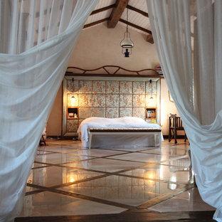 Diseño de dormitorio principal, bohemio, con paredes beige, suelo de mármol y suelo multicolor