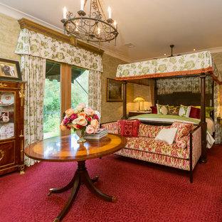 Foto på ett medelhavsstil sovrum, med heltäckningsmatta och rött golv