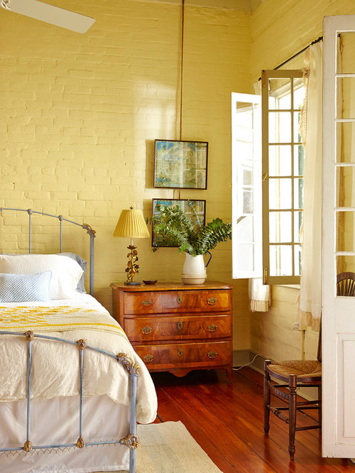 chambre romantique avec un mur jaune photos et id es. Black Bedroom Furniture Sets. Home Design Ideas