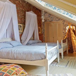 Modelo de dormitorio romántico con paredes multicolor y suelo de madera pintada