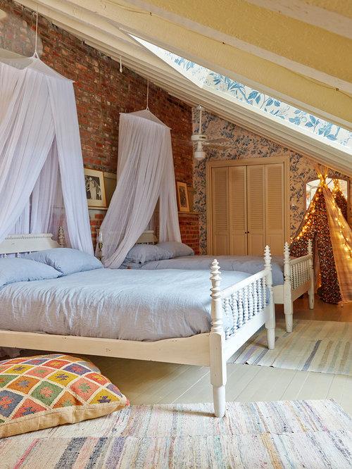 chambre romantique avec un mur multicolore photos et