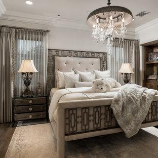 Idee per un'ampia camera matrimoniale stile shabby con pareti bianche, parquet scuro, camino bifacciale, cornice del camino in pietra e pavimento marrone