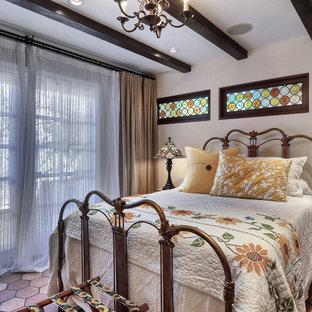 Mittelgroßes Mediterranes Gästezimmer mit weißer Wandfarbe, Terrakottaboden, Kamin und Kaminumrandung aus Stein in Orange County