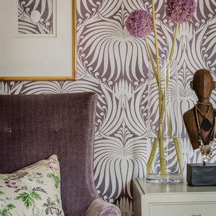 Пример оригинального дизайна: хозяйская спальня среднего размера в классическом стиле с фиолетовыми стенами, ковровым покрытием и серым полом без камина