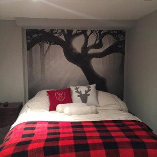 Aménagement d'une chambre d'amis scandinave de taille moyenne avec un mur gris et un sol en bois brun.