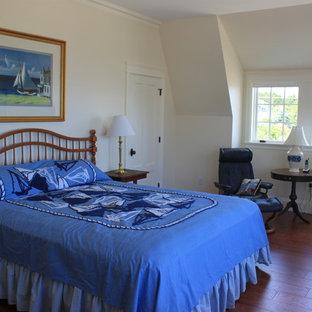 Modelo de dormitorio principal, costero, grande, sin chimenea, con paredes beige y suelo vinílico