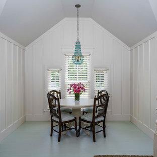 Foto de habitación de invitados clásica renovada, de tamaño medio, con paredes blancas y suelo de madera pintada