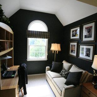 Modelo de dormitorio clásico, grande, sin chimenea, con paredes negras y moqueta
