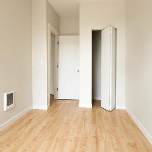 Esempio di una piccola camera degli ospiti minimalista con pareti bianche, nessun camino e pavimento giallo