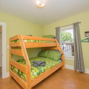 Diseño de habitación de invitados actual, de tamaño medio, sin chimenea, con paredes verdes y suelo de corcho