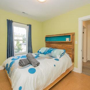 Modelo de habitación de invitados actual, de tamaño medio, sin chimenea, con paredes verdes y suelo de corcho