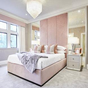 Réalisation d'une grand chambre avec moquette tradition avec un mur rose, un sol gris, du papier peint et aucune cheminée.