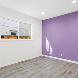 Ejemplo de habitación de invitados clásica renovada, de tamaño medio, sin chimenea, con paredes púrpuras, suelo de baldosas de porcelana y suelo gris