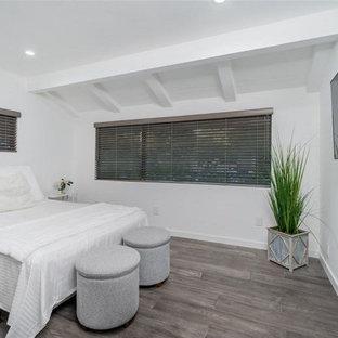 Свежая идея для дизайна: большая гостевая спальня в стиле модернизм с белыми стенами, паркетным полом среднего тона, серым полом и балками на потолке - отличное фото интерьера