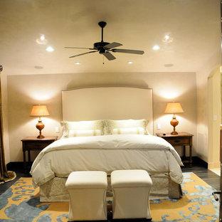 Ispirazione per una camera matrimoniale classica di medie dimensioni con pareti gialle, parquet scuro, camino lineare Ribbon e cornice del camino in pietra