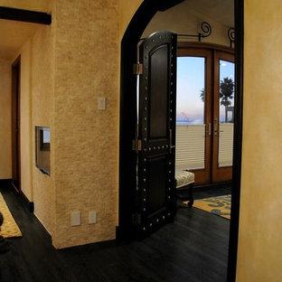 Esempio di una camera matrimoniale tradizionale di medie dimensioni con pareti gialle, parquet scuro, camino lineare Ribbon e cornice del camino in pietra