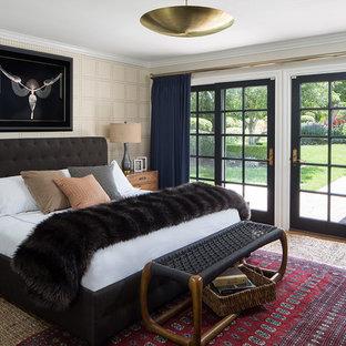 オレンジカウンティの中サイズのエクレクティックスタイルのおしゃれな主寝室 (ベージュの壁、淡色無垢フローリング、暖炉なし、茶色い床)