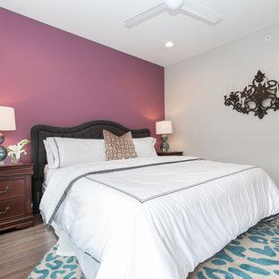 Diseño de dormitorio principal, bohemio, de tamaño medio, sin chimenea, con paredes púrpuras, suelo de madera en tonos medios y suelo marrón