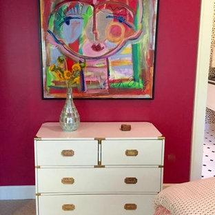 Imagen de habitación de invitados ecléctica, grande, sin chimenea, con paredes rosas y moqueta