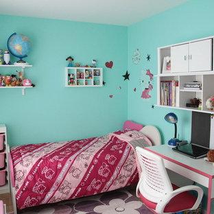 Imagen de dormitorio moderno, pequeño, con paredes azules y moqueta