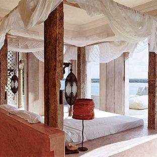 Diseño de dormitorio principal, tropical, de tamaño medio, con paredes rosas, suelo de cemento y suelo blanco