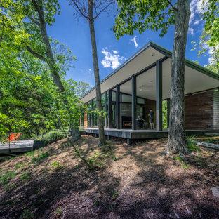 Неиссякаемый источник вдохновения для домашнего уюта: маленькая спальня в стиле модернизм с бетонным полом, фасадом камина из бетона и серым полом