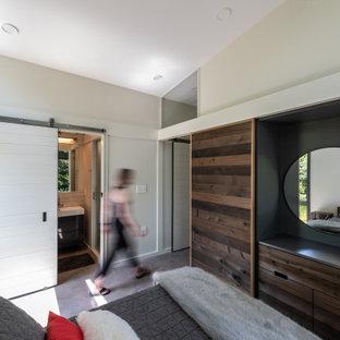 Foto de dormitorio principal, minimalista, pequeño, con suelo de cemento, marco de chimenea de hormigón y suelo gris